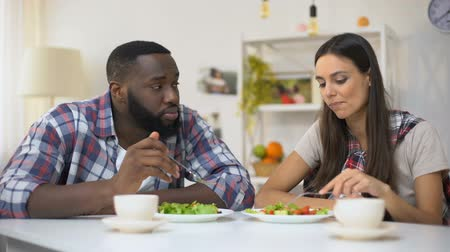 wi fi : Mixed-race vegetarian couple talking during lunch, eating fresh salad, health Vídeos