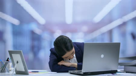 sonolento : Exhausted secretary falling asleep on office desk, dreaming of home comfort Stock Footage