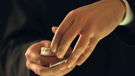 as : Man showing ace of hearts into camera, illusionist making magical card trick Wideo
