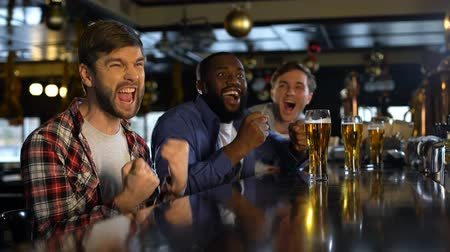 beisebol : Male friends cheering for sports game, excited with victory of national team Stock Footage