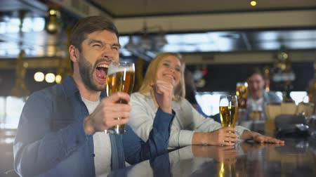 cíle : Friends enjoying sport program in bar, drinking for victory, beer traditions