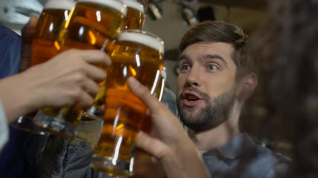 não alcoólica : Company of happy people clinking beer glasses, relaxing with friends on weekend Stock Footage