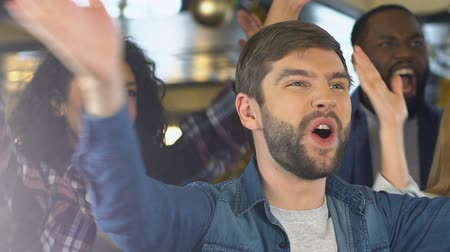 amigo : Happy fans clapping hands in bar, celebrating favorite sports team victory