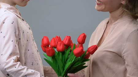 agradecimento : Little daughter gifting flowers to loving mom, congratulating on Mother day Vídeos