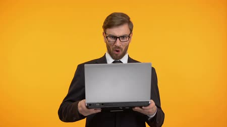 financiering : Shocked man looking with astonishment at computer, high interest rate, taxes