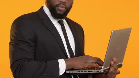 почтовый : Smart African-American manager holding laptop, working on business project Стоковые видеозаписи