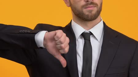 rejeitar : Bearded man showing thumbs-down, dislike, negative feedback about service