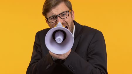 irritação : Frustrated man screaming in megaphone calling to action, searching support