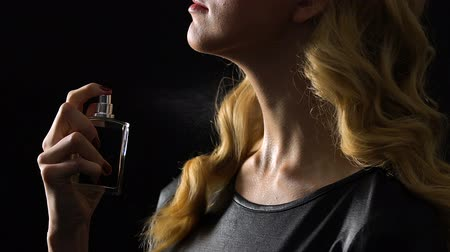 pulverização : Blond woman spraying perfumes on neck, seductive scent, pheromones in flirting