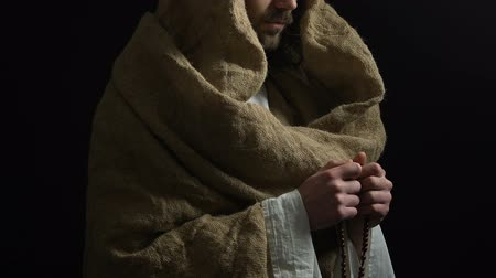 евангелие : Jesus Christ in robe holding string of beads and praying to God, saving grace