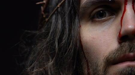 crucifixo : Jesus Christ with bleeding face dying on crucifixion, punishment for people sins Stock Footage