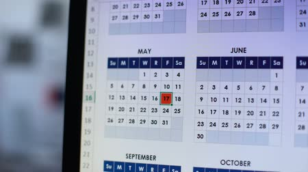 назначение : Person marking date in online calendar on computer with red, important day