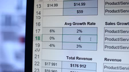 planilha : Person writing numbers to average growth rate table, calculation, bookkeeping