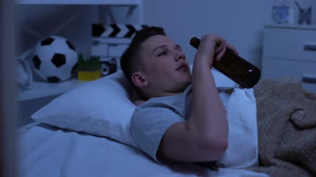 酔った : Parents catching scared teenager drinking beer in bed, rebellious age, protest