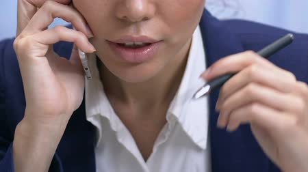 discutir : Determined businesslady talking on phone, discussing deal details, communication