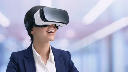 çok güzel : Smiling businesslady in VR headset preparing presentation, modern technologies