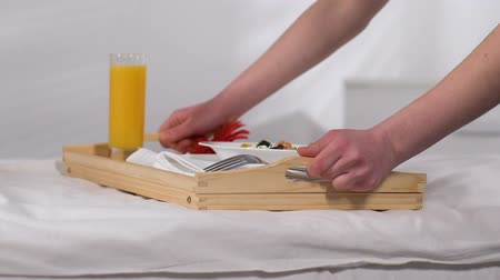 garçonete : Chambermaid bringing tray with breakfast in hotel room, good service, five stars