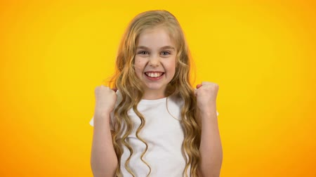 gesticulando : Cheerful pretty teenage girl making yes gesture, successful promo campaign, win Vídeos