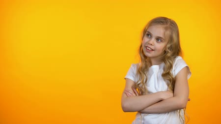 gesticulando : Cute teen girl isolated on orange background showing thumbs-up gesture, template Vídeos