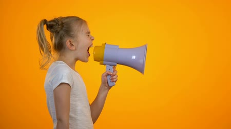 объявлять : Tired preteen girl shouting in megaphone, relieving stress, children rights