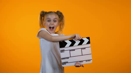 předstírat : Funny girl clapping flapper pretending to be film producer, future career, dream