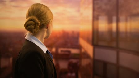 arka görünüm : Young business employee looking at sunset, dreaming of successful job career
