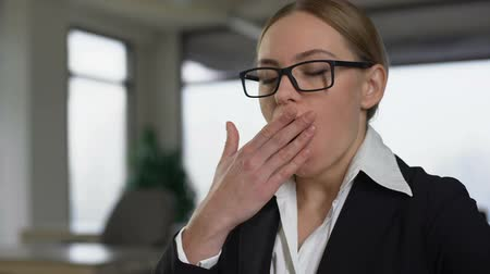 ziewanie : Businesswoman yawning while working at boring project, exhausted of overwork