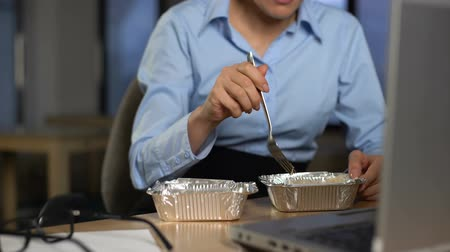 pauza : Businesswoman eating lunch in office, diet nutrition and healthcare, closeup