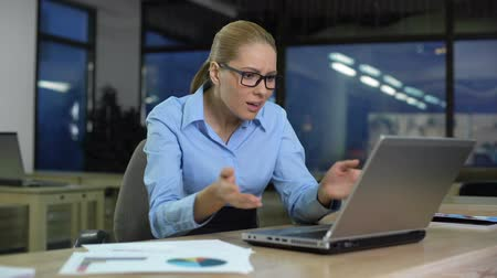 controleur : Businesswoman dissatisfied with data on laptop, low company income, bad news Stockvideo