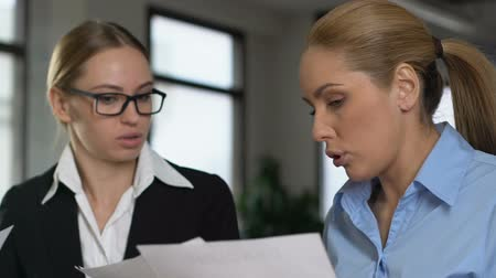 жестокий : Two business women arguing in office, colleagues misunderstanding, work stress