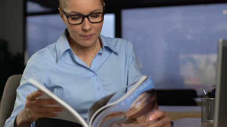 literatuur : Female employee reading magazine instead work, lack of motivation, boring work