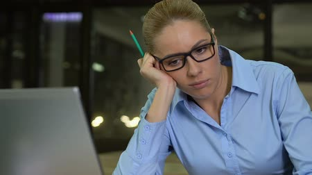 can sıkıntısı : Frustrated business lady sitting at table looking in monitor, lack of motivation