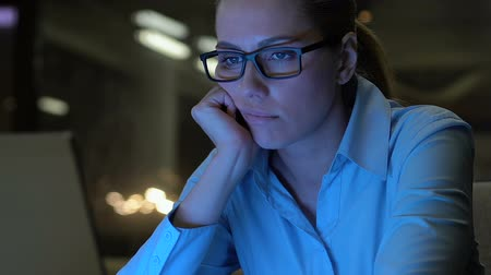 vyčerpání : Young company employee feeling bored during night shift office, lack of interest