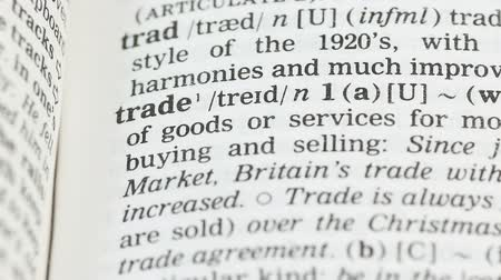 dicionário : Trade, pencil pointing word on vocabulary page in english, global economics Vídeos