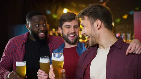 cervejaria : Smiling cheerful male friends clinking beer glasses team victory in championship