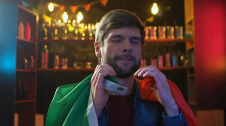 porażka : Upset male fan waving flag of Italy in bar displeased about national team defeat Wideo