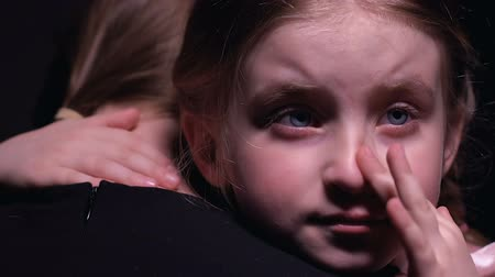 жертва : Offended little girl crying and hugging mother, suffering from bullying, victim