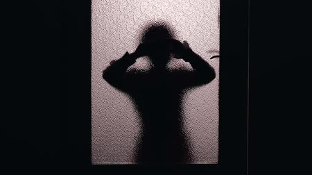 inbraak : Child silhouette looking inside room, curious about strange noise.