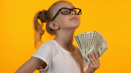 regozijo : Blond little kid in eyeglasses holding bunch of dollars, first money good income