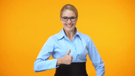 feliz : Joyful woman showing thumbs up, business training recommendation, achievement