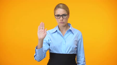 etyka : Confident business lady showing stop gesture hand, professional ethics, control