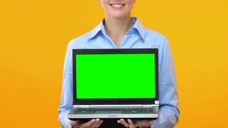 climbed : Business woman showing laptop with green screen, application advertisement