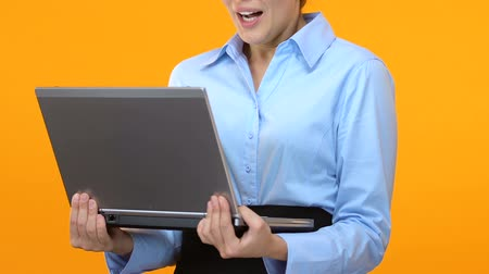 müdür : Excited business lady holding laptop and saying wow, shares climbed, market Stok Video