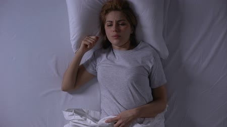 fragilidade : Attractive woman crying lying in her bed at night, female weakness and fragility Vídeos