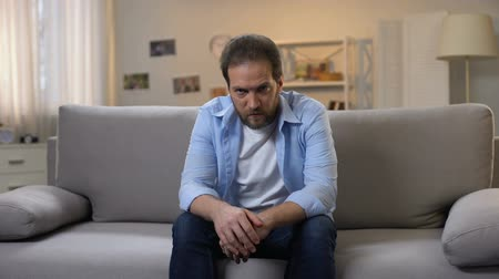 zuřivý : Depressed middle-aged male suffering loneliness, psychological problems, crisis