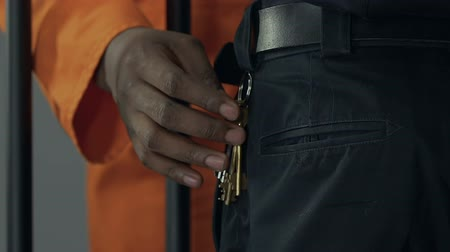 penas : African-American criminal steeling keys from prison guard, escape planning Stock Footage