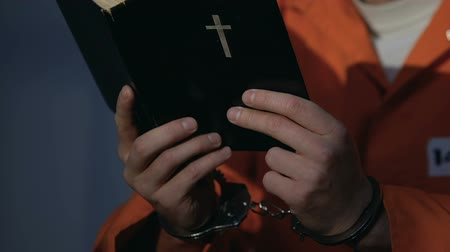 prisioneiro : Prisoner in handcuffs holding photo, missing friends and family, life sentence Stock Footage