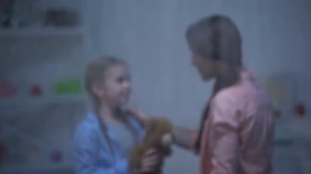 acalmar : Mother calming down little girl with teddy bear, waking up from nightmare, hugs Vídeos