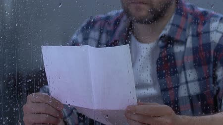 задумчивый : Desperate male reading letter, military veteran remembering friends, depression