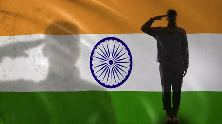 bandeira : Indian soldier silhouette saluting against national flag, professional army
